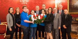 Diakonie überbringt Bundespräsident Van der Bellen Adventkranz