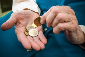 Münzen zählen. jeden Cent umdrehen müssen.