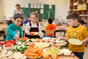 Kinder bei der gemeinsam vorbereiteten Schuljause