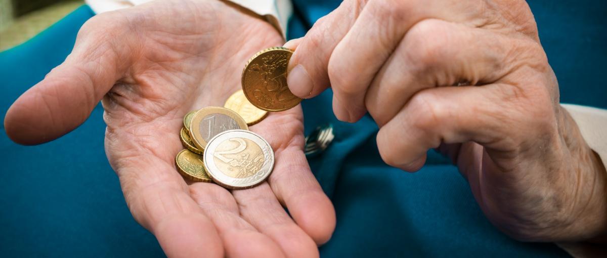 Hände beim Zählen von Kleingeld