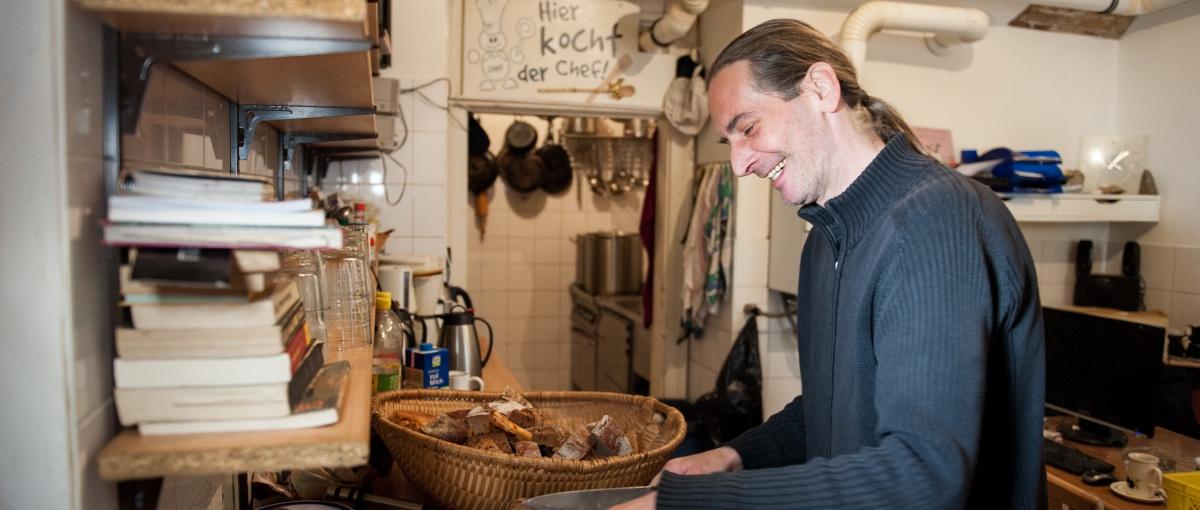Zwischen 100 und 200 Menschen versorgen Leiter Norbert Karvanek und sein Häferl-Team täglich mit einer warmen Mahlzeit (Foto: Luiza_Puiu)