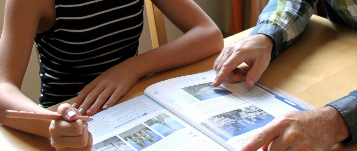Lernen, arbeiten und wohnen auf engstem Raum - vor allem für einkommensarme Haushalte ist die Corona-Krise eine große Herausforderung.