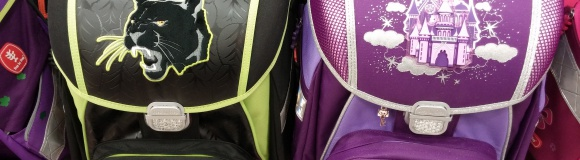 Eine bunte Schultasche, die an der Wand hängt